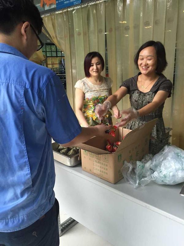 浓情端午、粽叶飘香——集团工会开展端午送粽子活动
